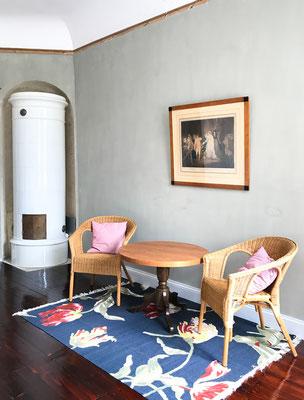 Kaminofen und Sitzecke des rosa Schlafzimmers