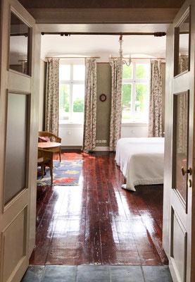 Blick in das rosa Schlafzimmer durch Flügeltüren
