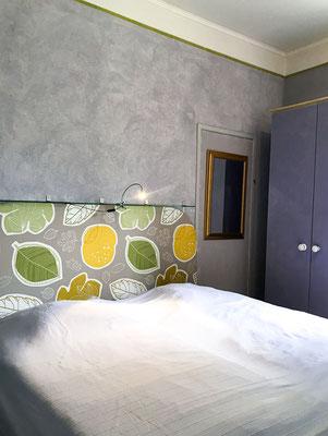 Bett des grauen Schlafzimmers