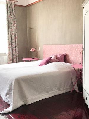 Bett im rosa Schlafzimmer