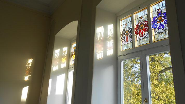 Detailaufnahme von den Wappenfenstern im Festsaal