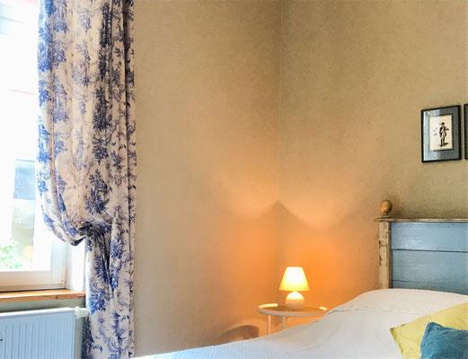 Detailaufnahme des Bettes im blauen Schlafzimmer