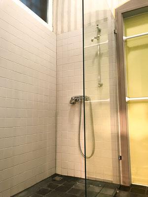 Dusche im großen Badezimmer