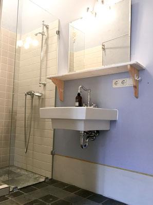 Dusche und Waschbecken des en-suite Badezimmers