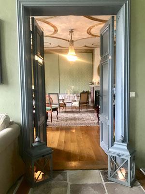 Blick in das französische Zimmer durch geöffnete Türen