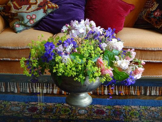 Detailaufnahme eines üppigen Blumenstraußes im Salon