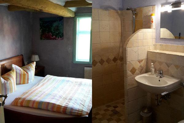 Doppelzimmer und Bad im historischen Fachwerkhaus.