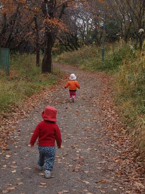 山道を走る二人の子ども