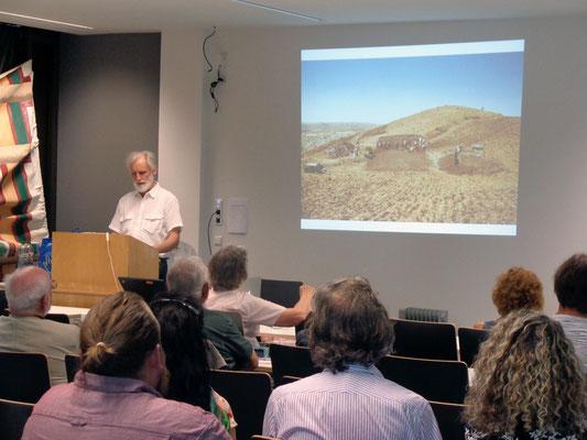 Dr. Christoph Gerber erinnerte die Zuhörer an wichtige Stationen des Lebens von Klaus Schmidt