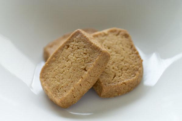ベイクドチーズクッキー:名称 焼菓子 内容量4枚 原材料名『アレルゲン対象範囲7品目』小麦粉(国内製造)、砂糖、エダムチーズ、卵黄、バター、マーガリン、(一部に小麦、卵、乳成分を含む)