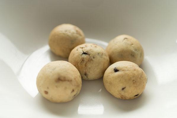 ゴマチョコボール:名称 焼菓子 内容量10個 原材料名『アレルゲン対象範囲7品目』小麦粉(国内製造)、マーガリン、砂糖、チョコレートチップ、鶏卵、ごま/膨張剤、(一部に小麦、卵、乳成分を含む)