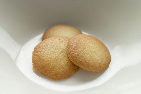 ラングドシャ:名称 焼菓子 内容量40g 原材料名『アレルゲン対象範囲7品目』小麦粉(国内製造)、バター、粉糖(グラニュー糖)、卵白/香料(一部に小麦、卵、乳成分を含む)
