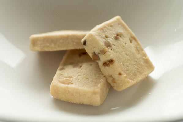 マカダミアクッキー:名称 焼菓子 内容量8枚 原材料名『アレルゲン対象範囲7品目』小麦粉(国内製造)、マーガリン、マカダミアナッツ、粉糖、コーンスターチ、アーモンドパウダー、バター、食塩/(一部に小麦、卵、乳成分を含む)