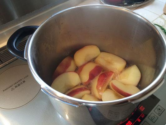 りんごのコンポート。早く作って冷やしておこう!
