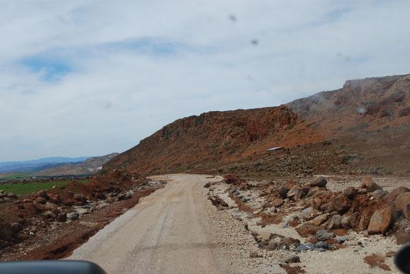 Neue Straßen, die schon wieder unterspült worden sind