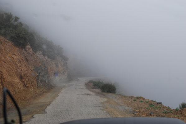 ...oben im Nebel dann doch eher bröckelig und schmal.
