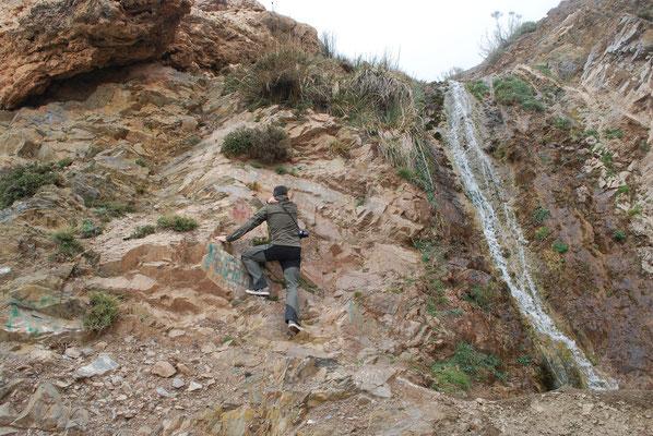 Kletterei zu einer Höhle