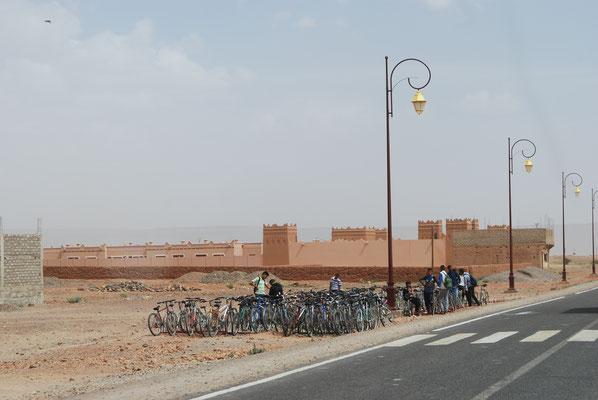 Fahrräder vor der Schule
