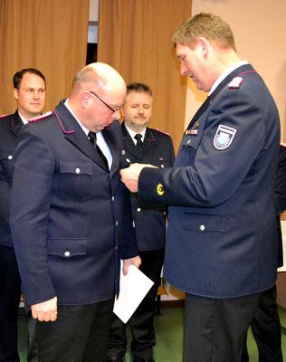 Der stellvertretende Wehrführer Sebastian Frank wurde mit Brandschutz-Ehrenzeichen für 25-jährige aktive Dienstzeit ausgezeichnet