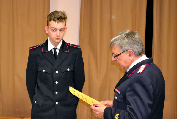 Marvin Lehrke wurde zum Feuerwehrmann befördert