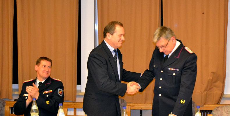 Bürgermeister Tomkowiak graturliert Manfred zur Wiederwahl
