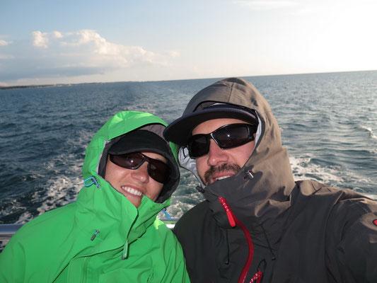 Es war frisch auf Deck, aber so hatten wir Sicht auf die Delfine