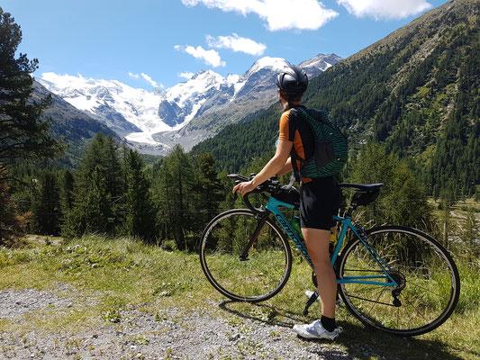 Fahrt auf den Bernina Pass mit Sicht auf den Morteratsch Gletscher