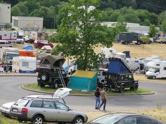 Camping Area: Platzmangel...die Landy's auf dem Kreisel