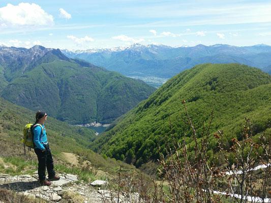 Abstieg auf der Rückseite - im Hintergrund der Stausee Lago di Vogorno vom Valle Verzasca