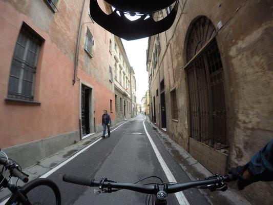 Mountainbiketour: Fahrt durch Finalborgo zurück nach Finale Ligure