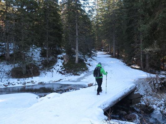 Winterwanderung auf eisigem Untergrund