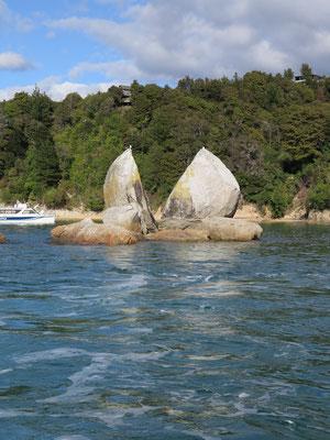 Kurzer Stopp mit dem Motorboot beim bekannten Split Rock