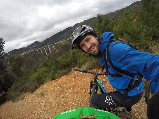 Mountainbiketour: Mike prüft meine Helmhalterung der GOPRO :)