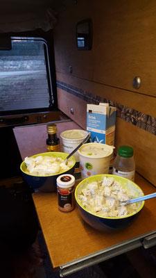 Einblick in unser Campingleben: Frühstück im Innenraum