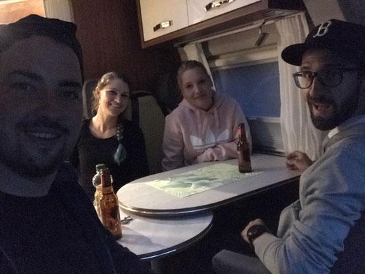 Erstes Anstossen im Camper mit Bruder Dean und Freundin Kelly