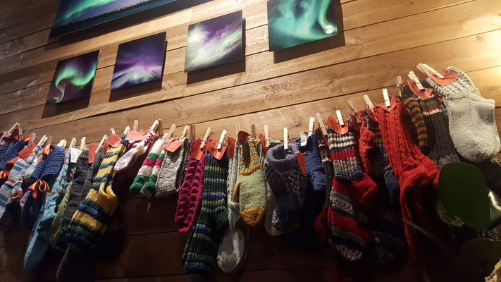 In der Bar kann man auch Souvenir Shopping machen: Das Socken Angebot ist sehr gross