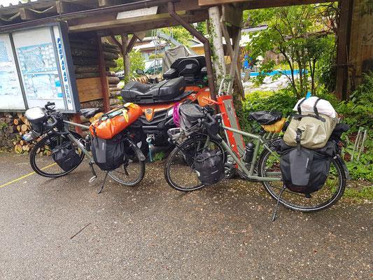 Regnerischen Start in den 2. Radtag