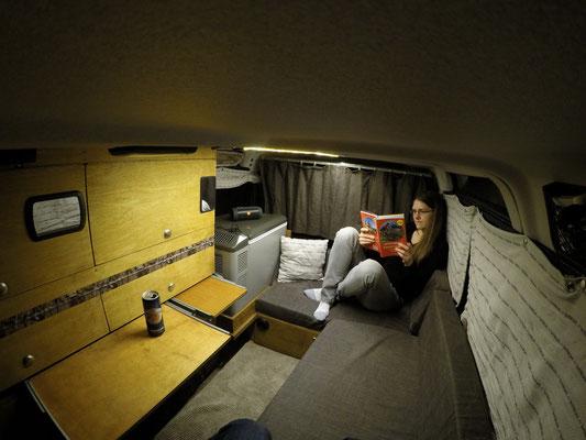 Einblick in unser Campingleben: Ausspannen im Innenraum