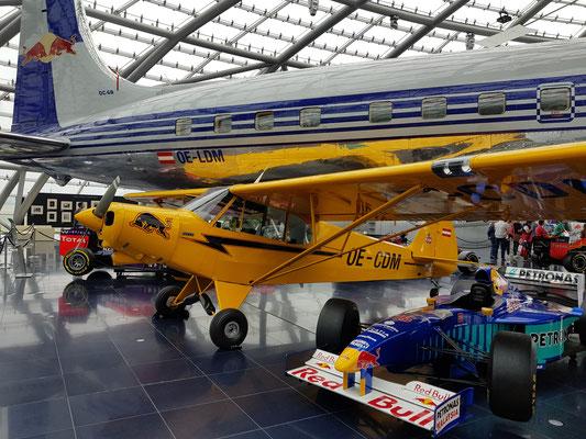 Bei der Hinfahrt: Besuch im Hangar 7 von RedBull