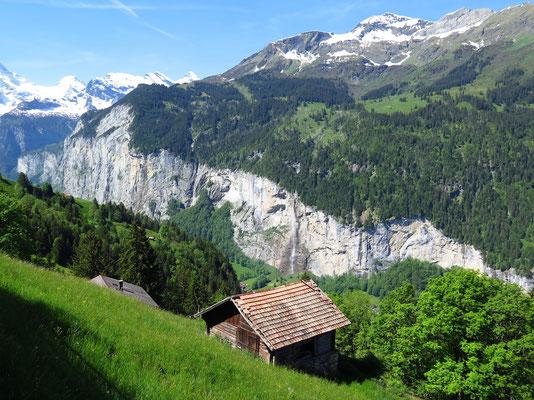 Sicht über das Tal (Felswände auf der anderen Seite für Basejumper geeignet)