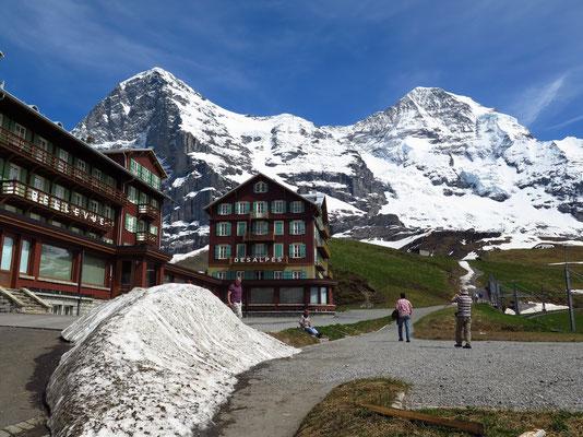 Bahnstation Kleine Scheidegg mit Eiger und Mönch im Hintergrund