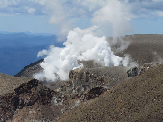 Tongariro Alpine Crossing Wanderung. Im Hintergrund Vulkan Temaari, welcher im 2012 das letzte Mal ausgebrochen ist.