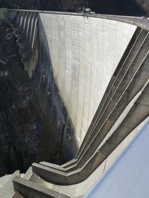 220 Meter Staudamm - Wer genau hinsieht, sieht einen Menschen am Bungee Jumping von der Mauer