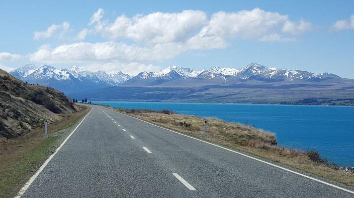 Fahrt entlang dem Lake Pukaki zur Mount Cook Village