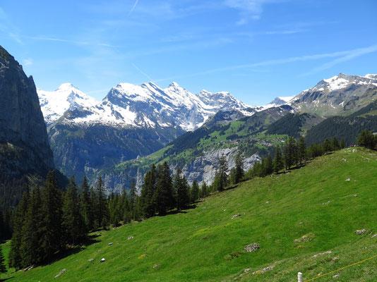Sicht in die andere Richtung nach Tschingel- und Gspaltenhorn im Vordergrund das Dorf Mürren