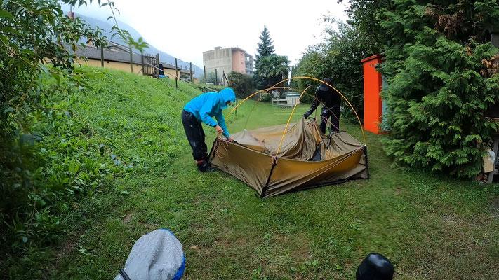 Erstes Mal Zelt aufstellen im Dauerregen