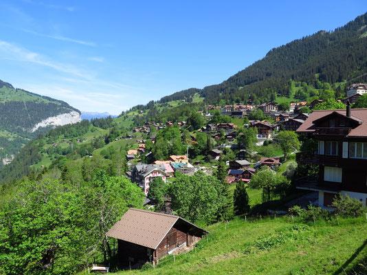 Start der Wanderung mit Sicht aufs Dorf Wengen