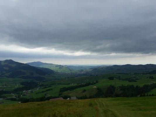 Sicht ins Flachland mit einige Wolken am Himmel
