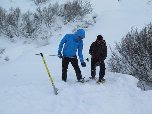 Mike mit dem Bergführer bei der Suche nach Verschütteten von einer Lawine