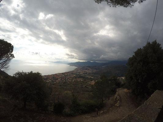 Mountainbiketour: Ausblick auf die andere Seite, jetzt ziehen Wolken auf!